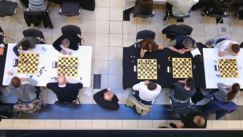 Kaskadowy szach i mat w smartfonie przechodnia
